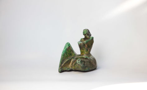 Femme assise verte raku